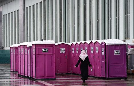Baños portátiles instalados en un área destinada a acomodar a refugiados en Berlín
