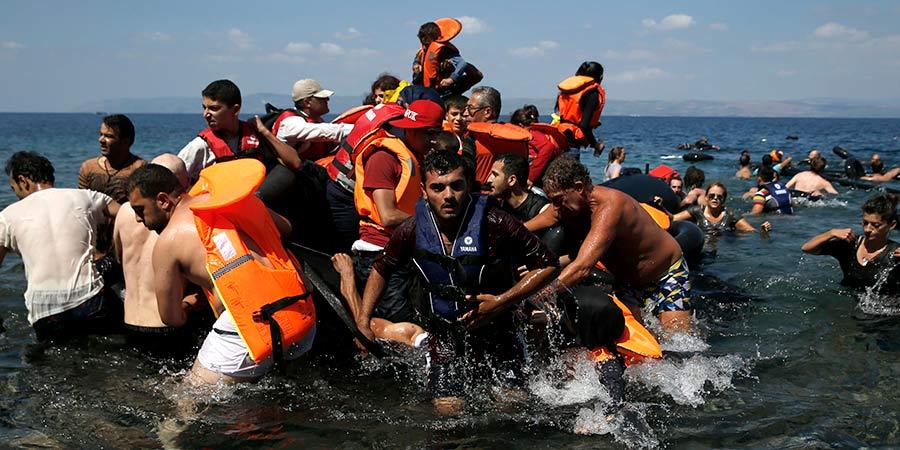 Migrantes afganos llegan a Grecia