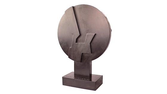 Estela solidaria, escultura creada por Néstor Basterretxea para Dame1minutodeRefugio